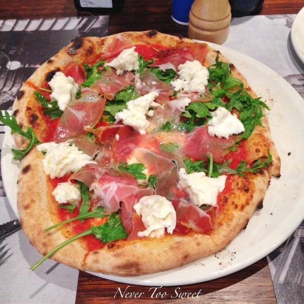 Pizza - prosciutto, mozzarella cheese, rocket